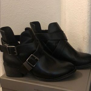 Breckelle's Black ankle booties size 7